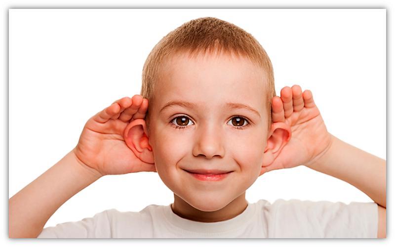 kind met hande oor ore