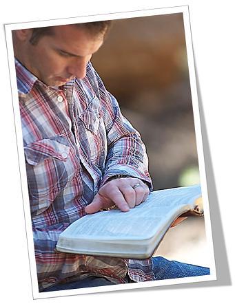 man lees Bybel